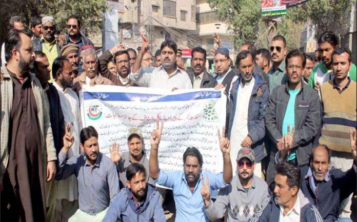 حیدر آباد: پاکستان پیرا میڈیکل ایسوسی ایشن کے تحت ڈاکٹر پریس کلب پر دھرنا دیے ہوئے ہیں