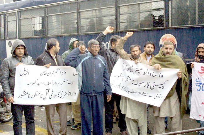 لاہور،انڈسٹری کے مالکان اور ملازمین واسا کے خلاف پریس کلب کے سامنے احتجاج کررہے ہیں