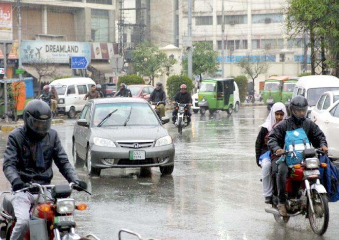لاہور،بارش کے باعث ٹریفک کی روانی متاثر ہے