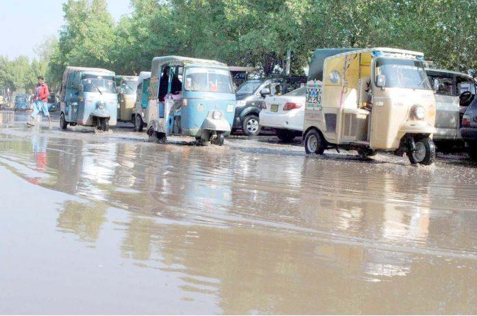 حیدر آباد: شدید بارش کے باعث ریلوے اسٹیشن سے ملحق سڑک پر سیوریج کا پانی جمع ہے جس سے گاڑیاں گزر رہی ہیں
