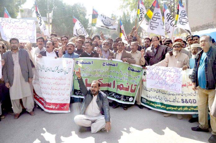حیدر آباد: آل پاکستان کلرک ایسوسی ایشن نے مطالبات منظور نہ ہونے کیخلاف پریس کلب پر دھرنا دیا ہوا ہے