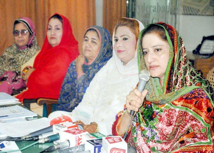 حیدر آباد: ایسٹ بیسڈ کمیونٹی ڈیولپمنٹ کی اراکین زیب النساء پریس کانفرنس کررہی ہیں