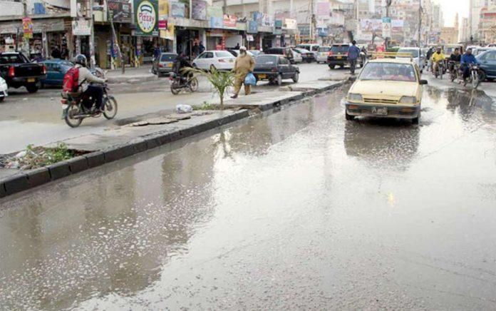 بارش کو ایک ہفتہ گزر گیا ، بہادر آباد کی ایک سڑک پر جمع پانی سے لوگوں کو پریشانی کا سامنا ہے
