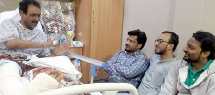 پی ٹی آئی کے کارکن علی رضا اور عبدالرحمن موتی والا رکن سندھ اسمبلی رمضان گھانچی کی عیادت کررہے ہیں