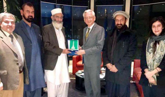 اسلام آباد: امیر جماعت اسلامی پاکستان سراج الحق فرانسیسی سفیر مارک بیرٹے سے ملاقاتکے بعدانہیں جماعت اسلامی کی یادگاری شیلڈ پیش کررہے ہیں