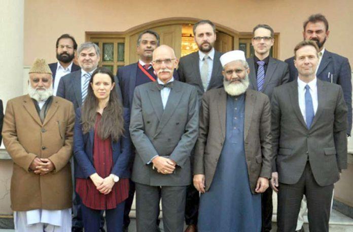 اسلام آباد: امیر جماعت اسلامی پاکستان سراج الحق کایورپی یونین کے سفیر جین فرانکوئز ودیگرسے ملاقات کے بعد گروپ فوٹو