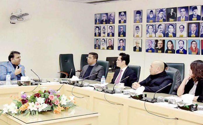 اسلام آباد: وفاقی وزیراطلاعات فواد چودھری چین کے سرمایہ کاروں سے گفتگو کررہے ہیں