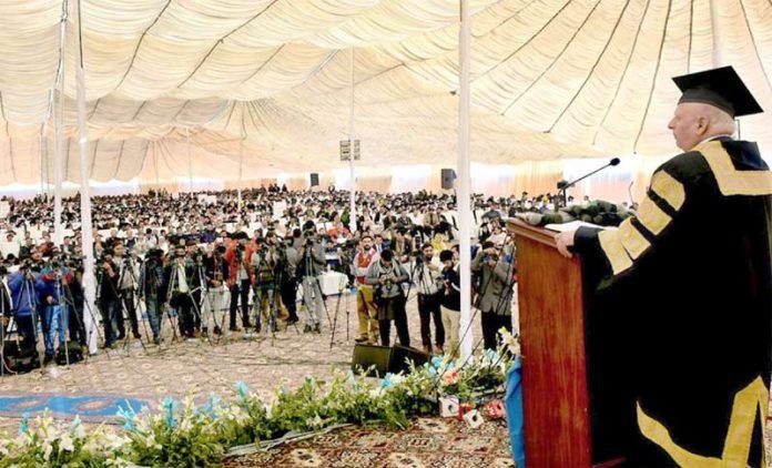 لاہور: گورنر پنجاب چودھری سرور گورنمنٹ کالج فیصل آباد کے کانووکیشن سے خطاب کررہے ہیں