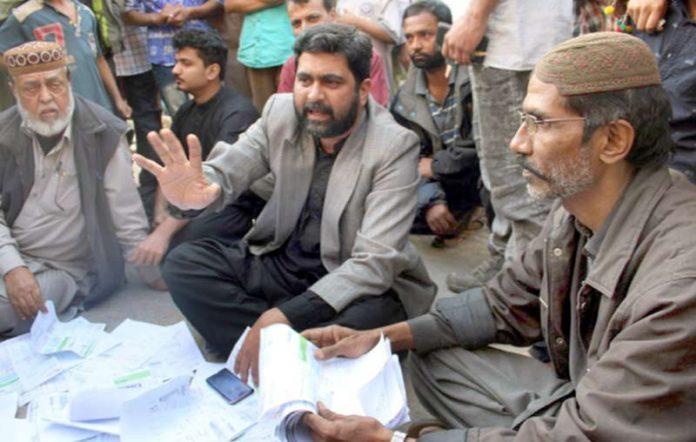 مجلس عمل کے رکن سندھ اسمبلی سید عبدالرشید لیاری چاکیواڑہ روڈ پر بجلی کی بندش کے خلاف عوام کے ساتھ احتجاج کر رہے ہیں