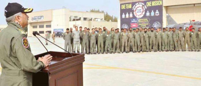 اسلام آباد: پاک فضائیہ کے سربراہ مجاہد انور خان پاک امریکا مشترکہ مشقوں میں حصہ لینے والے جوانوں سے خطاب کررہے ہیں