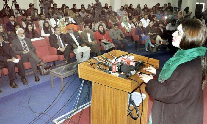 لاہور: حریت رہنما یاسین ملک کی اہلیہ مشال ملک ہجویری یونیورسٹی میں تقریب سے خطاب کررہی ہیں