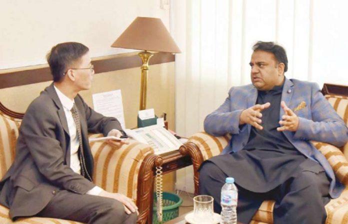 اسلام آباد: وفاقی وزیر اطلاعات فواد چودھری سے چینی سفیر ملاقات کررہے ہیں