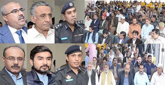 بدین: منشیات کیخلاف پولیس سیمینار سے ڈی آئی جی نعیم احمد شیخ، ایس پی حسن سردار، رکن قومی اسمبلی میر غلام علی تالپور اور دیگر خطاب کررہے ہیں