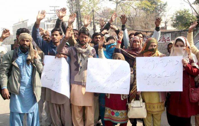 لاہور: دانش اسکولوں سے نکالے گئے اساتذہ پریس کلب پر احتجاج کررہے ہیں