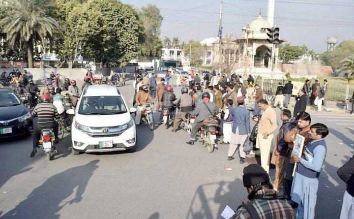 لاہور: پیرا میڈیکل اسٹاف نے مطالبات کے حق میں مال روڈ پر دھرنا دے کر راستہ بند کر رکھا ہے