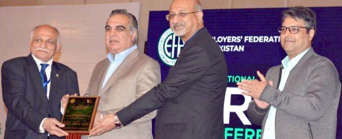 ایمپلائر فیڈریشن آف پاکستان کے صدر مجید عزیزگورنر سندھ عمران اسماعیل کو شیلڈ پیش کررہے ہیں