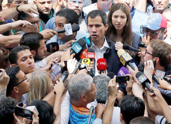کراکس: خودساختہ عبوری صدر خوآن گوائیڈو چرچ کی دعائیہ تقریب میں شرکت کے بعد پریس کانفرنس کررہے ہیں