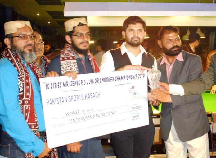 حیدرآباد: ٹین اسٹیزاسنوکر چیمپئن شپ کے فاتح عمر میمن کو مہمان خصوصی عزیرمیمن ٹرافی اورکیش پرائز دیتے ہوئے