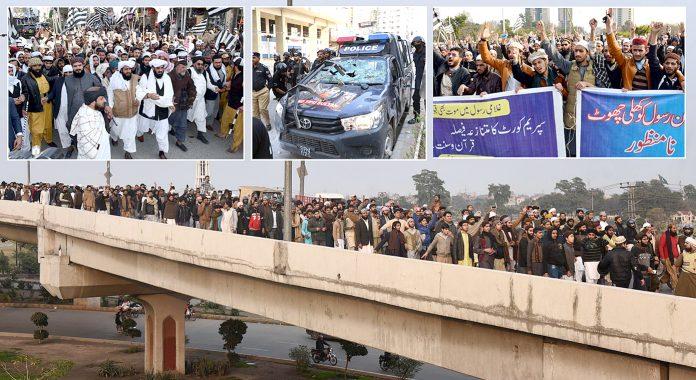 ملعونہ آسیہ مسیح کی رہائی کیخلاف ملک کے مختلف شہروں میں احتجاجی مظاہرے کیے جارہے ہیں جبکہ کراچی میں مشتعل افراد کے ہاتھوں تباہ ہونیوالی پولیس موبائل