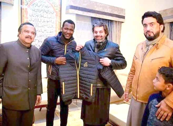 تحریک انصاف کے رہنما علی محمد ،شہریار آفریدی اورنعیم الحق ڈیرن سیمی کو جیکٹ کا تحفہ پیش کررہے ہیں