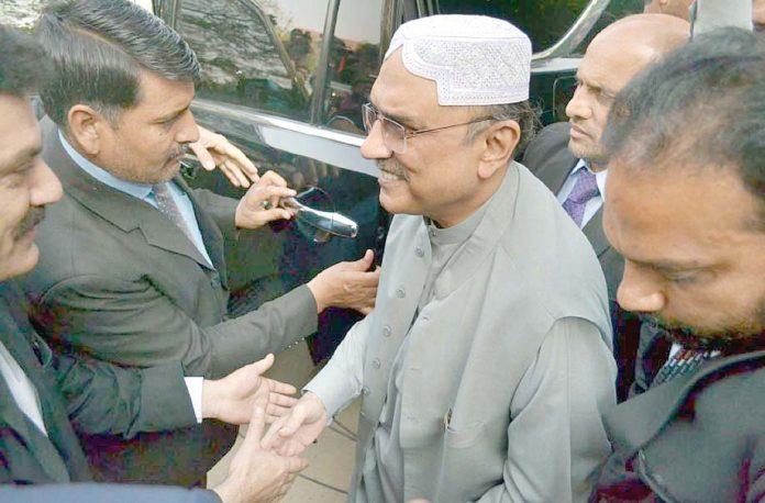 کراچی: آصف علی زرداری منی لانڈنگ کیس میں بینکنگ کورٹ میں پیشی کے لیے آرہے ہیں
