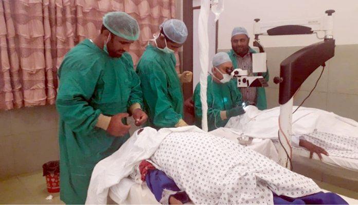 جیکب آباد: جمس اسپتال میں تین روزہ مفت امراض چشم کیمپ میں ڈاکٹر مریضوں کی سرجری کررہے ہیں