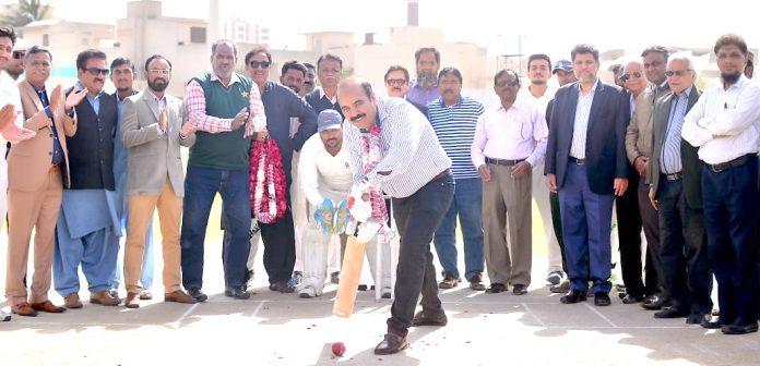 کوئٹہ گلیڈی ایٹر کے منیجر اعظم خان جمیل اشرف کرکٹ ٹورنامنٹ کا شاٹ کھیل کر افتتاح کررہے ہیں