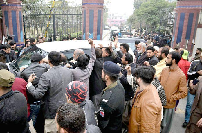 لاہور : نواز شریف کو اسپتال سے جیل منتقل کرنے کے موقع پر کارکنان نعرے لگارہے ہیں