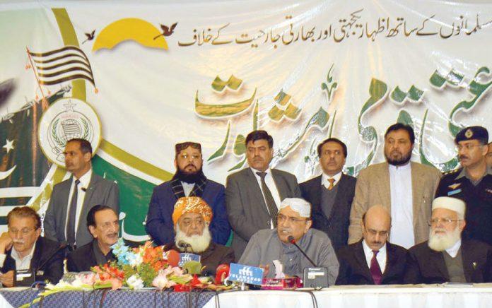 اسلام آباد: سابق صدر آصف علی زرداری کشمیر پر کل جماعتی قومی مشاورت سے خطاب کررہے ہیں
