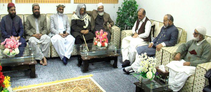 امیر جماعت اسلامی سراج الحق جامعتہ الرشید کے مہتمم مفتی عبدالرحیم سے ملاقات کر رہے ہیں حافظ نعیم ودیگر بھی مو جود ہیں