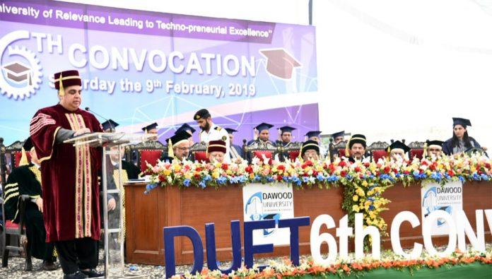گورنر سندھ عمران اسماعیل داؤد یونیورسٹی کے چھٹے کانووکیشن سے خطاب کررہے ہیں