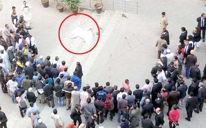 سندھ ہائیکورٹ کی چھت سے خودکشی کرنے والے ملازم کی لاش کے قریب لوگ جمع ہیں