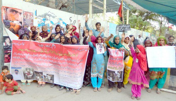 مقتول علی رضا کے اہل خانہ پریس کلب کے سامنے احتجاج کر رہے ہیں