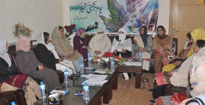 اسلام آباد: جماعت اسلامی کی سابق رکن قومی اسمبلی سمیحہ راحیل قاضی یوم یکجہتی کشمیر سیمینار سے خطاب کررہی ہیں