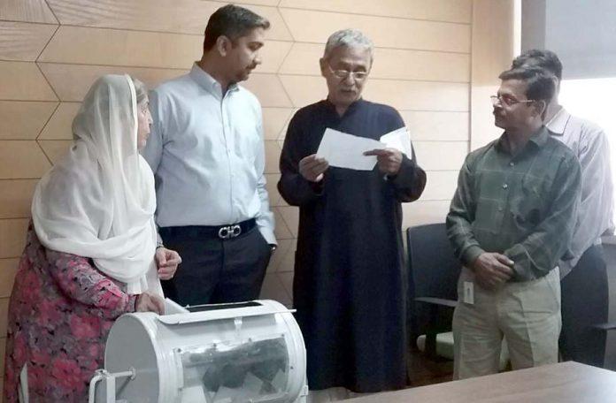 ہمدرد پاکستان کی جانب سے کارکنان کو حج اور عمرے پر بھیجنے کے لیے قرعہ اندازی کی جا رہی ہے، اِس موقع پر چیئرپرسن محترمہ سعدیہ راشد اور دیگر بھی موجود ہیں