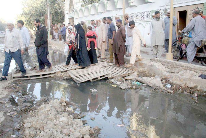 نشتر روڈ کے علاقے میں واقع مسجد کے سامنے گٹر کے پانی کی وجہ سے نمازیوں اور رہائشیوں کو شدید اذیت کا سامنا ہے