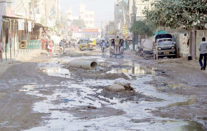 کورنگی: سیوریج کی صورتحال خراب ہونے سے سڑک پر گندگی جمع ہے جس سے راہگیروں اور رہائشیوں کو سخت اذیت کا سامنا ہے
