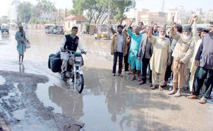 حیدر آباد، اسٹیشن روڈ پر سیوریج کے پانی جمع ہونے کیخلاف علاقہ مکین احتجاج کررہے ہیں