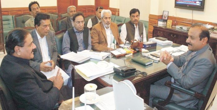 نوشہروفیروز ،ڈپٹی کمشنر گہنور علی لغاری ضلعی ڈیولپمنٹ کمیٹی کے اجلاس کی صدارت کررہے ہیں