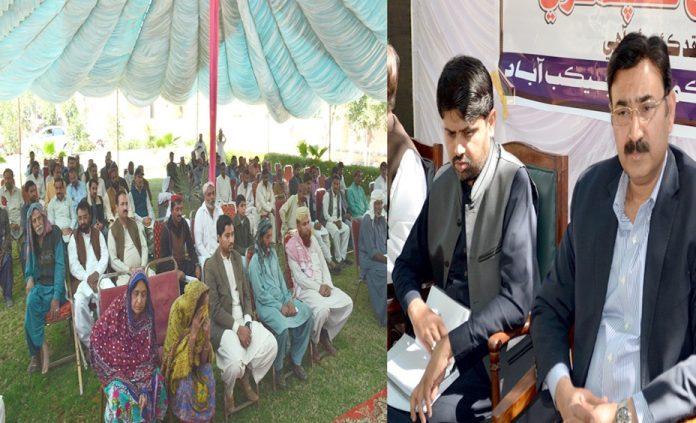 جیکب آباد،ڈپٹی کمشنر غضنفر علی قادری کھلی کچہری سے خطاب کررہے ہیں