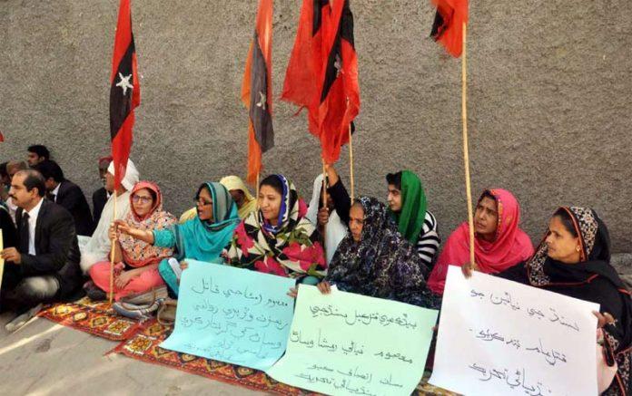 حیدر آباد: سندھیانی تحریک کے تحت خواتین کارکنان احتجاج کے دوران پریس کلب پر دھرنا دیے ہوئے ہیں