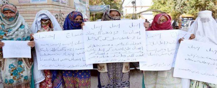 لاڑکانہ: کورائی برادری کی خواتین بااثر افراد کی زیادتی کیخلاف جناح باغ میں احتجاج کررہی ہیں