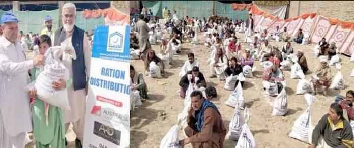 دادو: الخدمت فاؤنڈیشن سندھ کے نائب صدر سید محمد یونس مستحق خاندانوں میں راشن تقسیم کررہے ہیں
