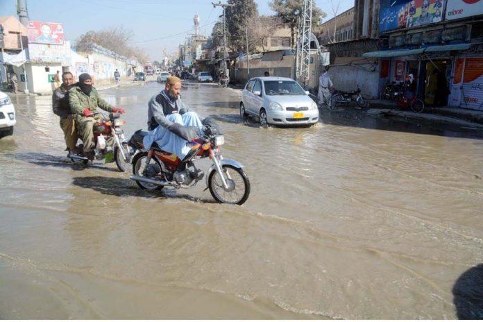 کوئٹہ ،امداد چوک پرجمع سیوریج کا پانی مقامی انتظامیہ کی کارکردگی کا پول کھول رہا ہے