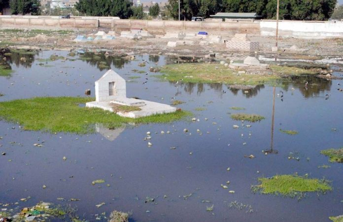 حیدر آباد: قبرستان میں سیوریج کا پانی بھرا ہوا ہے، جو انتظامی نااہلی کا ثبوت ہے