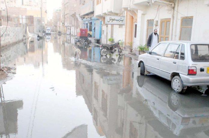 حیدر آباد: شاہراہ پر سیوریج کا پانی جمع ہے جو علاقہ مکینوں کے لیے عذاب اور آمدورفت میں مشکلات کا باعث ہے