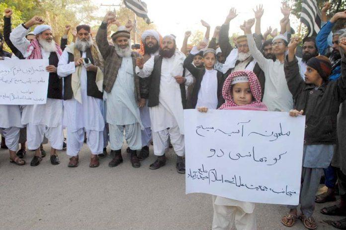 حیدر آباد: جمعیت علما اسلام کے تحت مظاہرین ملعونہ آسیہ مسیح کو پھانسی دینے کا مطالبہ کررہے ہیں