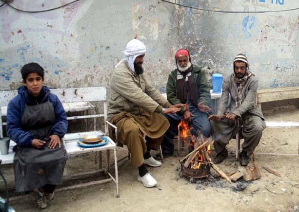 کوئٹہ ،شہری سردی سے بچنے کے لیے آگ پر ہاتھ تاپ رہے ہیں