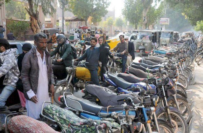 حیدر آباد: ایس ایس پی کے دفتر کے باہر موٹر سائیکلوں کی غیر قانونی پارکنگ کی وجہ سے آمدورفت میں پریشانی کا سامنا ہے