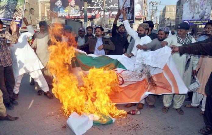 حیدر آباد: پاکستان سنی تحریک کے کارکنان احتجاج کے دوران پریس کلب کے باہر بھارتی پرچم نذر آتش کررہے ہیں
